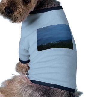 Islas y promontorios que se descoloran en la llovi camiseta de perrito
