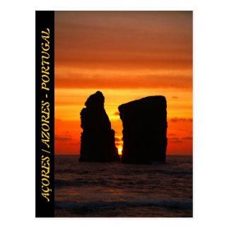 Islotes en la puesta del sol postales