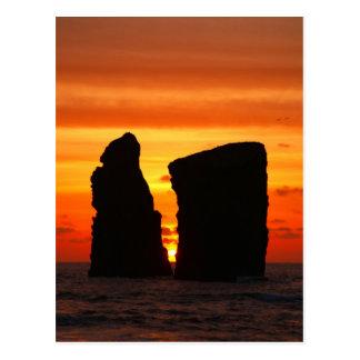 Islotes en la puesta del sol postal