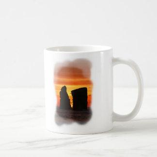 Islotes en la puesta del sol taza de café