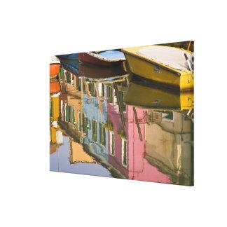 Italia, Burano. Barcos en un canal con Impresión En Lienzo Estirada