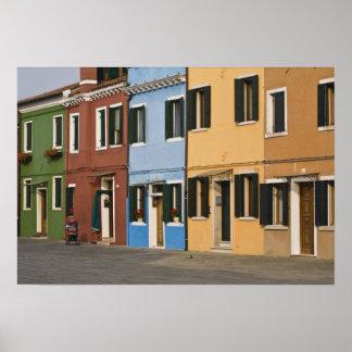 Italia, Burano. La fila colorida de hogares y vaci Póster
