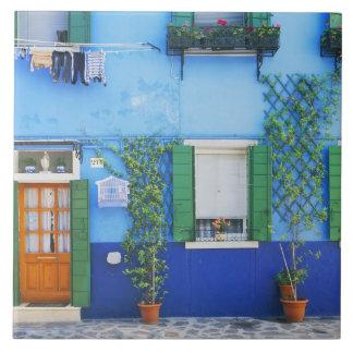 Italia, Burano. Una casa colorida en Burano cerca Azulejo Cuadrado Grande