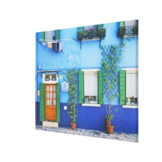 Italia, Burano. Una casa colorida en Burano cerca Impresión De Lienzo