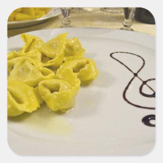 Italia, Cento. Una placa del tortellini del queso Pegatina Cuadrada