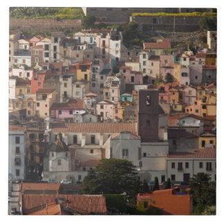 Italia, Cerdeña, Bosa. Opinión de la ciudad con Ca Azulejo Cuadrado Grande