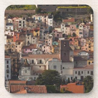 Italia, Cerdeña, Bosa. Opinión de la ciudad con Ca Posavasos De Bebida