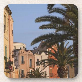 Italia, Cerdeña, Cagliari. Edificios y palmas Posavasos De Bebida