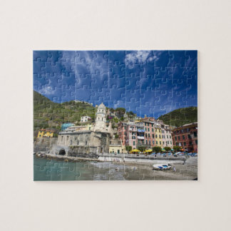 Italia, Cinque Terre, Vernazza, puerto e iglesia 2 Rompecabezas
