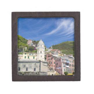 Italia, Cinque Terre, Vernazza, puerto e iglesia Cajas De Recuerdo De Calidad