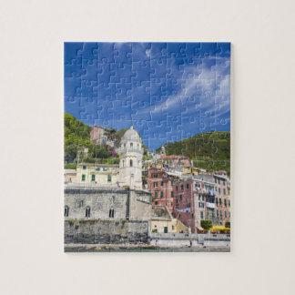 Italia, Cinque Terre, Vernazza, puerto e iglesia Rompecabezas