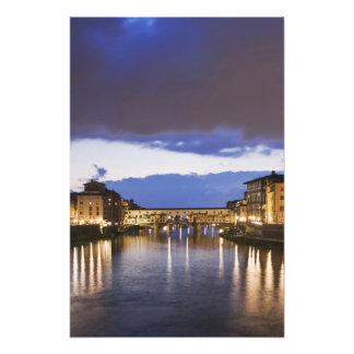Italia, Florencia. Cielo tempestuoso sobre el Pont Impresión Fotográfica