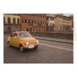 Italia, Florencia. Fiat 800 cruces Arno de la reun Tarjeton