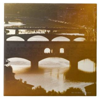 Italia, Florencia, Ponte Vecchio y el río Arno en Azulejo