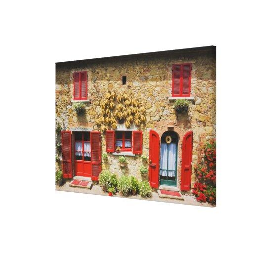 Italia, Lucignano, obturadores rojos y cosecha Impresión En Lona Estirada