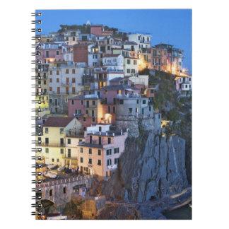 Italia, Manarola. La oscuridad cae en una ciudad d Libros De Apuntes Con Espiral