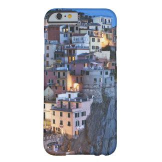 Italia, Manarola. La oscuridad cae en una ciudad Funda De iPhone 6 Barely There