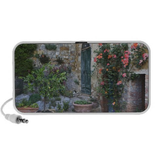 Italia, Petroio. Las plantas Potted adornan un pat Sistema Altavoz