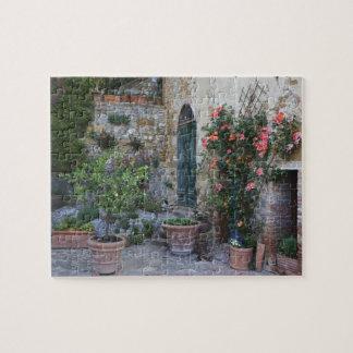 Italia, Petroio. Las plantas Potted adornan un pat Puzzle