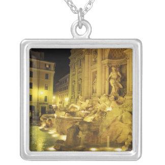 Italia, Roma. Fuente del Trevi en la noche Colgante Cuadrado