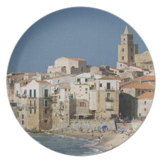 Italia, Sicilia, Cefalu, opinión de la ciudad con  Plato Para Fiesta