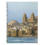 Italia, Sicilia, Cefalu, visión con el Duomo a par Libreta Espiral