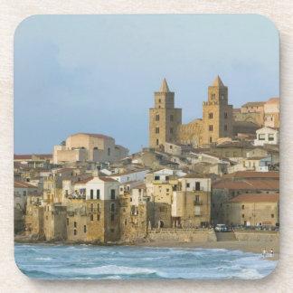 Italia, Sicilia, Cefalu, visión con el Duomo a par Portavasos