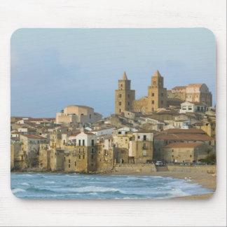 Italia, Sicilia, Cefalu, visión con el Duomo a par Tapete De Ratón