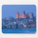 Italia, Sicilia, Cefalu, visión con el Duomo de Tapete De Ratón