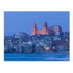 Italia, Sicilia, Cefalu, visión con el Duomo de Postal