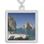 Italia, Sicilia, Scopello, rocas por el Tonnara Collar Plateado