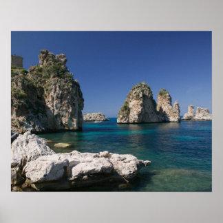 Italia, Sicilia, Scopello, rocas por el Tonnara Póster