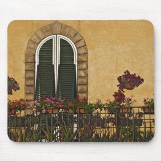 Italia, Toscana, Lucca. Balcón adornado con Alfombrillas De Ratones