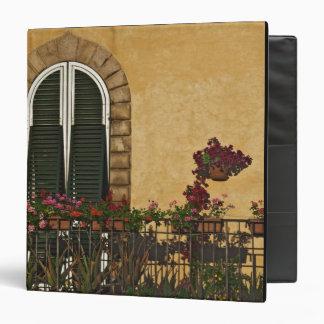 """Italia, Toscana, Lucca. Balcón adornado con Carpeta 1 1/2"""""""