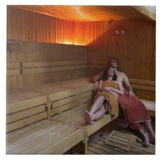 Italia, Toscana, par joven que se relaja en sauna Azulejo Cuadrado Grande