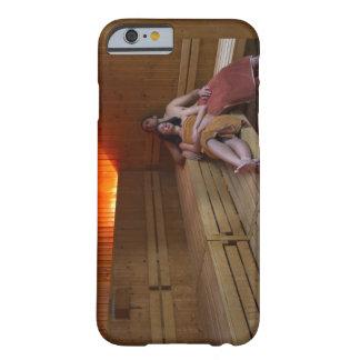 Italia, Toscana, par joven que se relaja en sauna Funda De iPhone 6 Barely There