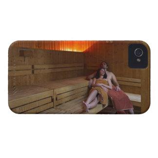 Italia, Toscana, par joven que se relaja en sauna iPhone 4 Case-Mate Cárcasas