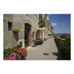 Italia, Toscana, Pienza. Calzada externa alrededor Póster