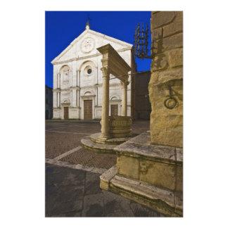 Italia, Toscana, Pienza. Fachada de la catedral y Fotografía