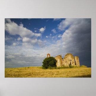 Italia, Toscana, ruina de la iglesia vieja en Tosc Póster