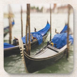 Italia, Venecia, foco selectivo de la góndola en Posavasos