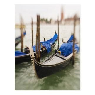 Italia, Venecia, foco selectivo de la góndola en Postales