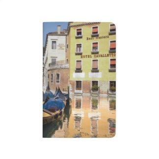 Italia, Venecia, góndolas amarró a lo largo del ca Cuadernos Grapados
