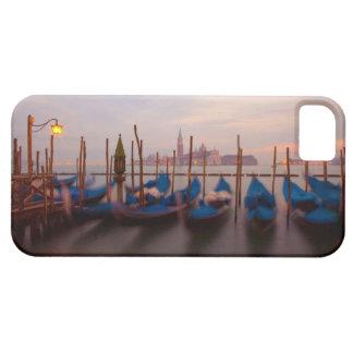 Italia, Venecia. Góndolas ancladas en el crepúscul iPhone 5 Cárcasa