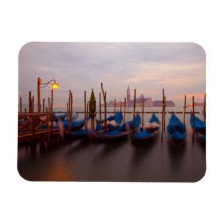 Italia, Venecia. Góndolas ancladas en el crepúscul Iman De Vinilo