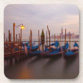 Italia, Venecia. Góndolas ancladas en el crepúscul Posavasos De Bebidas
