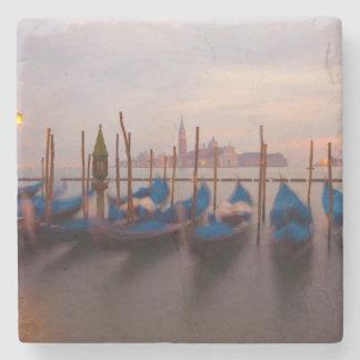 Italia, Venecia. Góndolas ancladas en el crepúscul Posavasos De Piedra