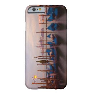 Italia, Venecia. Góndolas ancladas en el Funda De iPhone 6 Barely There