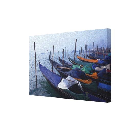Italia, Venecia. Góndolas Lona Envuelta Para Galerías