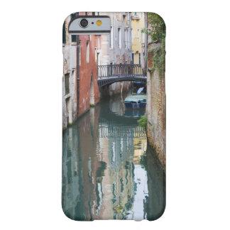 Italia, Venecia, reflexiones y pequeño puente de Funda De iPhone 6 Barely There